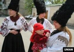 Учасниці музичного етно-гурту «ДахаБраха» перед початком фестивалю «Відчуй смак рідної мови» в рамках міжнародного свята «Екологія спілкування» в Києві, 28 квітня 2007 року