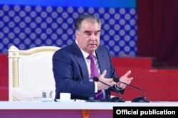 Täjik prezidenti Emomali Rahmon alymlar bilen duşuşýar. 18-nji mart, 2020.