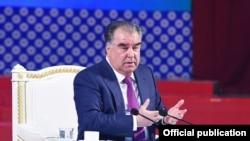 Президент Таджикистана Эмомали Рахмон на встрече с учеными в Душанбе. 18 марта 2020 года.