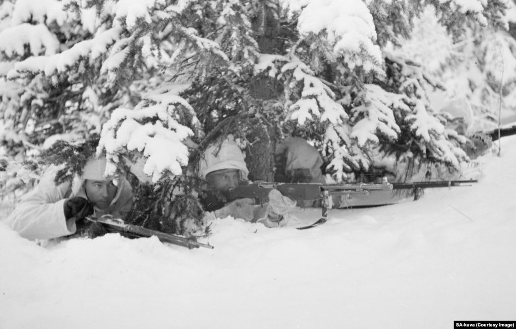 Одягнені в білі камуфляжі, фінські захисники були майже непомітні поміж засніженими деревами