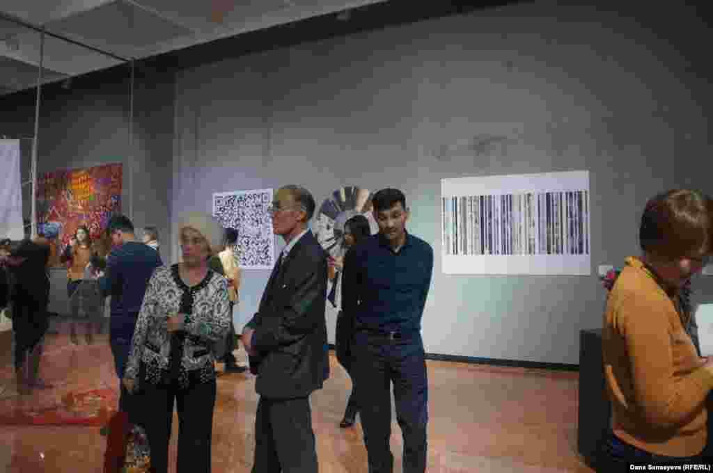 """На открытии выставки """"Время и Астана: после будущего"""" присутствовали представители как молодого поколения, так и старшего."""