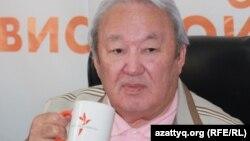 Максут Нарикбаев, лидер пропрезидентской партии «Адилет», проводит онлайн-конференцию в Алматинском бюро радио Азаттык. 20 сентября 2011 года.