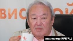 Максут Нарикбаев, лидер пропрезидентской партии «Адилет», проводит онлайн-конференцию в Алматинском бюро радио Азаттык.