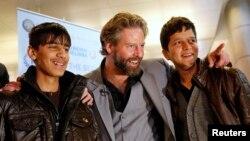 Режиссер Сэм Фрэнч (в центре) с актерами Фавадом Мохаммади (слева) и Джаванмардом Пайзом. США, 21 февраля 2013 года.