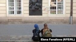 У мемориальной доски в честь Первомая на Львовской ратуше