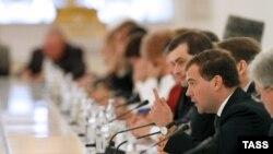 Москва. 19 сентября. Президент России Дмитрий Медведев (справа на первом плане) во время встречи с представителями общественных организаций в Кремле.