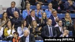 Наталія Ейсмонт, прессекретарка Олександра Лукашенка (у ряді нижче від нього, у білій вишиванці), потрапила до нового списку санкцій; Сергій Тетерін (праворуч від Лукашенка) зараз перебуває під санкціями, а Олександр Шакутін (справа від Тетеріна) також. Архівне фото