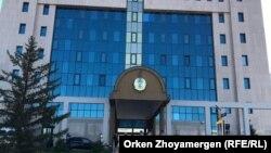 У здания Центральной избирательной комиссии в Астане.