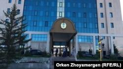 У офиса Центральной избирательной комиссии в Астане. 28 июня 2017 года.