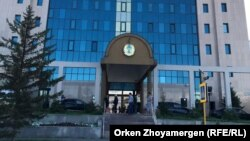 У здания Центральной избирательной комиссии Казахстана. 2017 год.
