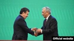 Глава ЦИК Узбекистана Мирзо Улугбек Абдусаломов вручает Шавкату Мирзияеву удостоверение Президента Республики Узбекистан. Ташкент, 14 декабря 2016 года.