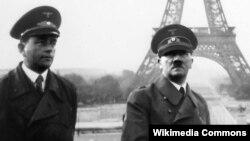 Adolf Hitler Parisdə. 1940. Speer (solda) və heykəltəraş Arno Breker.