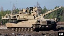 Танк Leopard 2A4 армии Польши на совместных польско-американских военных учениях на западе Польши. Светоншув, 24 ноября 2015 года.
