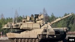 Танк Leopard 2A4 польской армии на военных учениях.