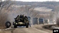 Колона українських військових проїжджає повз Артемівськ після виходу з Дебальцевського плацдарму, 18 лютого 2015 року