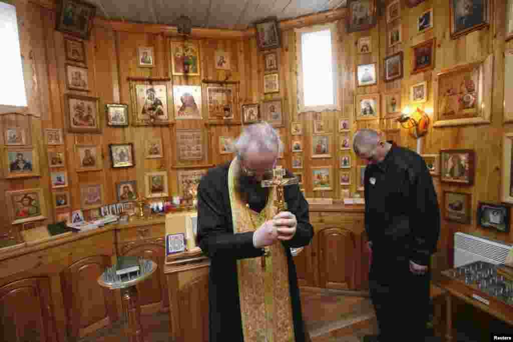 Түрменің шағын шіркеуінде діни қызметкер православ пасхасын өткізіп жатыр.