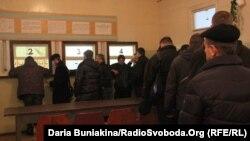 Черкаські чоловіки записуються в добровольці, у військоматі, Черкаси, 3 лютого 2014 року