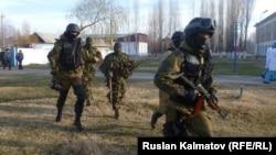 Pjesëtarë të forcave të sigurisë së Kirgizisë gjatë një stërvitjeje