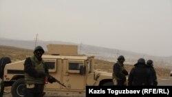 Бойцы морской пехоты министерства обороны Казахстана у блок-поста на выезде из поселка Шетпе Мангистауской области. 22 декабря 2011 года.
