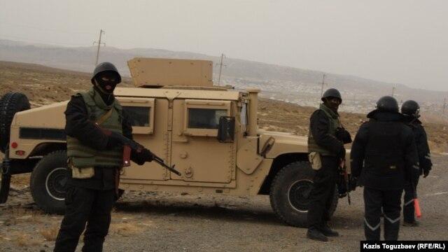 Бойцы морской пехоты министерства обороны Казахстана у блокпоста на выезде из поселка Шетпе Мангистауской области. 22 декабря 2011 года.