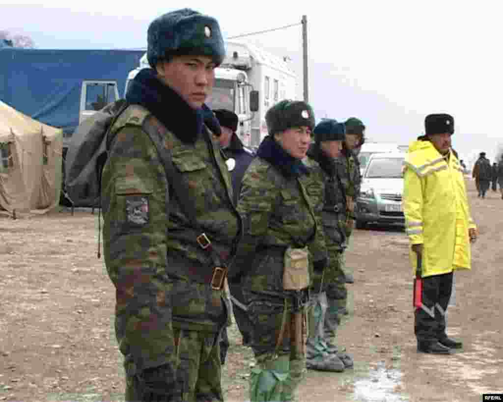 Представители МЧС в палаточном городке для пострадавших от наводнения. Кызылагаш, 15 марта 2010 года.