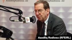 Ադրբեջանում ԱՄՆ-ի դեսպան Ռիչարդ Մորնիգսթարը «Ազատություն» ռադիոկայանի Բաքվի բյուրոյում, արխիվ