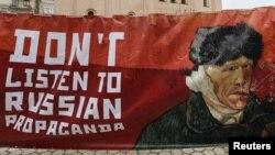 Акція-перформанс «Не слухай російську пропаганду!». Київ, лютий 2016 року