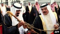 Бахрейн королі Хамад бин Иса әл-Халифа (оң жақта) Сауд Арабиясының королі Абдулла бин Абдул Әзиз әл-Саудқа қылыш сыйлап тұр. Манама, 18 сәуір 2012 жыл