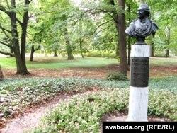 Бюст Станіслава Аўгуста Панятоўскага ў Лазенках у Варшаве, дзе была ягоная рэзыдэнцыя і дзе ён любіў бываць. Бюст пастаўлены пры першым прэзыдэнце Леху Валэнсу ў 1992 годзе