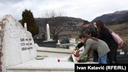 U čast Gorana Čengića: Predstavnici Društva prijatelja Grada Sarajeva, zajedno s profesorima i učenicima Prve gimnazije na grobu slavnog rukometaša
