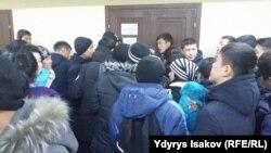 Студенты стоят в очереди