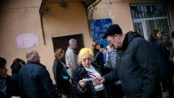 Люди стоят в очереди для получения российских паспортов. Симферополь, 19 марта 2014 года.