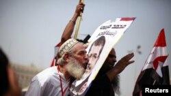 Një mbështetës i Vëllazërisë Myslimane në Egjipt...