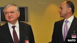 Министр иностранных дел Армении Эдвард Налбандян (слева) и министр обороны Армении Сейран Оганян (архив)