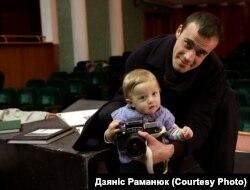 Унук Міхась і выканаўца галоўнай ролі Сяргей Лапаніцын з фотаапаратам Міхася Раманюка