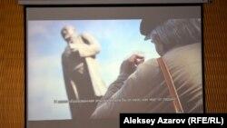 Кадр из фильма, в котором Герольд Бельгер около памятника Абаю размышляет о том, что было бы, если бы Абай жил сейчас.