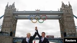 Мэр Лондона Борис Джонсон и президент Оргкомитета Лондонской Олимпиады Себастьян Коэ у Тауэрского моста, на котором размещена эмблема МОК - пять олимпийских колец. Лондон, 27 июня 2012 г