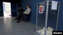 Қырымдағы референдумда дауыс беретін адамдарды күтіп отырған комиссия мүшелері. Бақшасарай, 16 наурыз 2014 жыл.