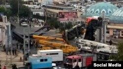 Согласно очевидцам, во время снесения арки одна ее часть упала на строительные краны.