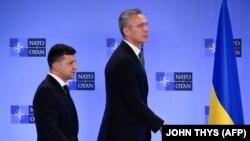 NATO-nun baş katibi Jens Stoltenberg (sağda) və Ukrayna prezidenti Volodymyr Zelensky