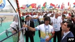Президент Туркменистана Гурбангулы Бердымухамедов (справа на переднем плане) вместе с участниками чемпионата мира по виндсерфингу. Аваза, 1 июля 2014 года.