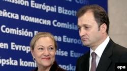 Comisarul UE Benita Ferrero Waldner cu premierul Vlad Filat la o conferință de presă la Bruxelles în septembrie 2009