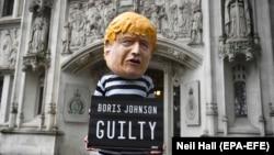Anti-Breksit etirazçısı Boris Johnson-un maskasında Ali Məhkəmənin qarşısında piket keçirir