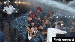 Ոստիկանները ցրում են բողոքի ակցիան, Երևան, 23-ը հունիսի, 2015թ․