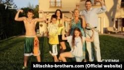 Віталій Кличко із сім'єю на подвір'ї будинку за адресою 2055 Stradella RD Los Angeles