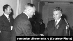 Ceaușescu decorat de ambasadorul URSS (1975) Sursa: comunismulinromania.ro (MNIR)
