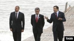 Presidents Ilham Aliyev (left), Viktor Yushchenko, and Mikheil Saakashvili at the GUAM summit in Batumi