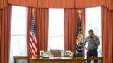 Барак Обама в компании супруги Мишель и дочерей Малии и Саши, приближается к трибуне, где он должен быть приведен к присяге в качестве 44-го президента Соединенных Штатов. Вашингтон, округ Колумбия, 20 января 2009 года.