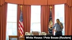 Președintele Barack Obama fotografiat în timpul convorbirii sale telefonice cu omologul său rus, la 1 martie.