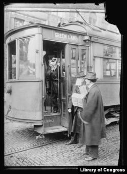 Сиэттл, 1918. Кондуктор не пускает в трамвай пассажира без защитной маски.